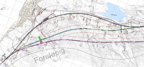 ALTERNATIVENE: Her ser vi de tre hovedalternativene, merket med rosa, grønt og svart. Ett av dem blir anbefalt. Tegningen viser også plassering av den nye stasjonen (merket med en utvidelse av linjen).  (Illustrasjon: Bane NOR)