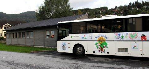 Bilde tatt i 2012 av barnehagebussen i Tonning barnehage i Stryn kommune. Da var Sarpsborg kommune på besøk for å se på bussen før de skaffet sin egen barnehagebuss. Nå kan en slik buss også komme til Fredrikstad.