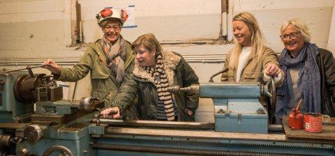 VERKTØY: I den gamle motorfabrikken fant de en gammel dreibeenk og utstyr som har overlevd fra Verven. Dertmed kom Grete Stokke (f.v.) Torveig Reiten, Tonje Nilsen og Marit Lindseth i den rette stemningen.