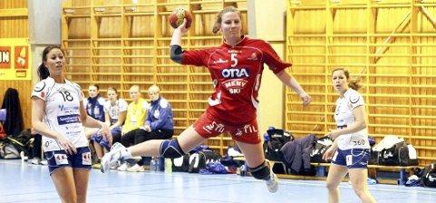 Til Halden: Den 24 år gamle strekspilleren Carina Vrangen, her i aksjon for Follo, har skrevet under for Halden.Foto: Østlandets Blad