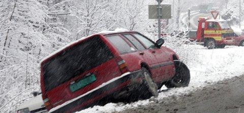 Slik kan det fort gå i denne årstiden. Mye snø på kort tid gir krevende kjøreforhold mange steder. Illustrasjonsfoto:Scanpix.