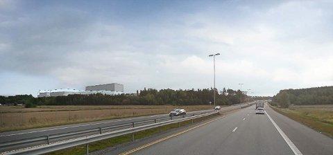 NYETABLERING: Dersom Fredriksten Utvikling lander forhandlingene med en interessert produksjonsbedrift, er planen å bygge nytt og høyt på Svinesundparken nord. Da kan du få denne utsikten når du kommer kjørende på E6 fra Sarpbsorg.