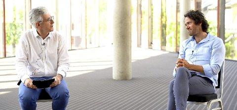 MUSIKERSAMTALE: Det er oftest Henning Målsnes (t.v.) som presenterer programmet under de konsertene som BFO streamer på nettet. Her er han i samtale med dirigenten  Eivind Gullberg Jensen fra serien «Close up- at a distance». Skjermdump