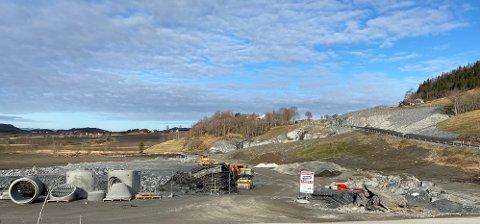 PÅ VEI INN I FJELLET: Det er igangsatt forberedende arbeider ved inngangen til Forbordsfjell-tunnelen, som skal gjøre at selve tunneldrivingen kan komme raskt i gang når endelig finansiering og reguleringsplan i Levanger er vedtatt.