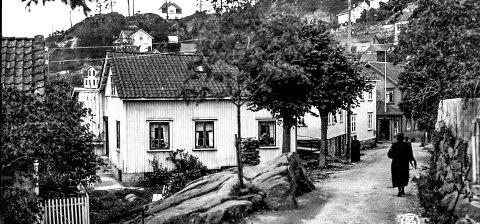 Smedsbuktveien: Om dette bildet er tatt like før, eller etter krigen, er noe usikkert. Stedet er Smedsbuktveien sett fra Skrubben. På Høyåsen er det første huset bygget. Nede i gata kan man se inngangen til Pedersens bakeri.