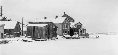 Bygninger ved Lille Kirkebukt: Denne bebyggelsen forsvant da jernbanen kom til Kragerø i 1920-årene. Oppe til høyre i hjørnet kan man se litt av rekkverket som sto foran kirken ut mot Bærøfjorden. Som bildet viser var det vinter og isen hadde lagt seg. Dette motivet har en rekke kunstnere foreviget og malt, men da om sommeren.