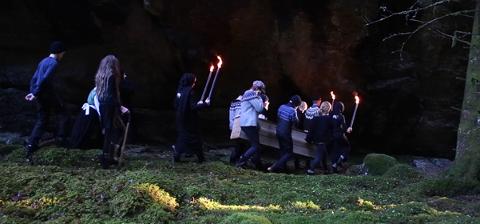 "Utsnitt frå kortfilmen ""Kolera-kyrkjegarden i Sjøvangen"" der 7. trinn ved Halsnøy skule har fått prøvd seg som skodespelarar."
