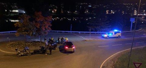 I RUNDKJØRING: En motorsykkel og en personbil har krasjet tirsdag kveld.