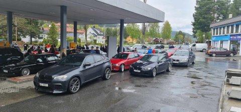 MANGE BILER: BMW'ene sto en stund på Steglet, før de kjørte videre.