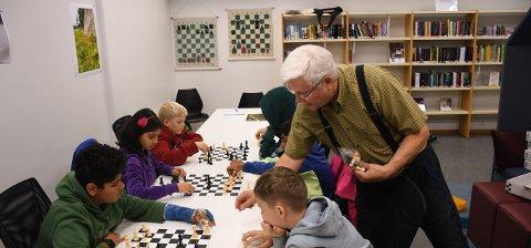 Sjakksuksess: Fra onsdag til fredag var det sjakk i fokus på Tranby bibliotek. Sjakklærer Hans Richard Thjømøe sørget for at deltakerne lærte mer om et av verdens mest populære spill.