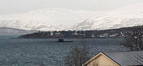 I TROMSØYSUNDET: Denne ubåten kom seilende inn Tromsøysundet i overflatestilling fredag formiddag.