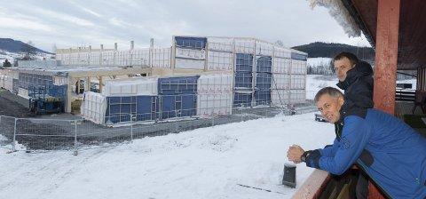 REISER SEG: Biri Flerbrukshall er i disse dager i ferd med å reise seg. Hallen står snart under tak og tas i bruk til sommeren. Foto: Henning Gulbrandsen