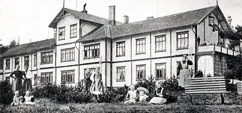 KYSTHOSPITALET. Kysthospitalet er en av distriktets største trebygninger og den aller største bygd i sveitserstil, her i sin opprinnelige og uforfalskede utgave.