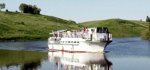 Elvekongen har kjørt passasjerer på elvene i Nes i over 20 år. Nå er den videre skjebnen til båten uviss.