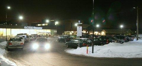 Parkering: Innsenderen mener Sætre Nærsenter absolutt er en sosial møteplass og et nær-senter som kommer til å miste mange kunder om det blir parkeringstid på én time. arkivfoto