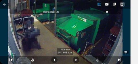 FORSYNTE SEG: Overvåkningskameraet på kjøpesenteret viser at en hettekledd person forsyner seg av blomster fra varemottaket på Stokke senter.
