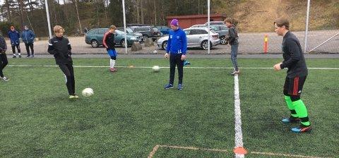 ENDELIG I GANG: Eivind Ole Grøndahl (f.v.) Håkon Ude Hasle, Pål Nordrum (trener), Jacob van Rijnbach og Linus Torp Bergsvåg kan bruke fotballbanen på GØIF igjen.