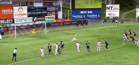 Sean McDermott reddet straffesparket fra Kent-Are Antonsen i 0–0-kampen mellom Tromsø og KBK onsdag kveld. Men en KBK-spiller løp inn i feltet før sparket ble avfyrt.