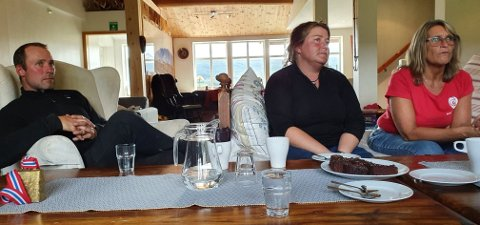 I VALGKAMPEN: Morten og Anne Margrethe Sæterhaug sammen med ordførerkandidat i Folldal Kristin Langtjernet, som også hadde med seg stortingsrepresentant Nils Kristen Sandtrøen til Kvistli. Han tok saken like til Stortinget.