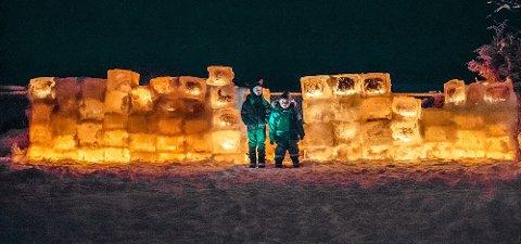 Jan Antoni og William foran den 6 meter lange isborgen.