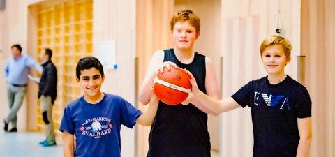 BASKET ER GØY! Det synes Amin (13) (t.v.), Sondre (13) og Henrik (13). De begynner å få skikkelig tak på baskeballen.