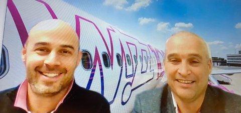 WIZZ: Kommunikasjonssjef Andras Rado og Darwin Triggs som er sjef for flyoperasjoner i Wizz Air forteller om årsakene til landingstrøbbelet. Bildet er tatt under et videointervju.