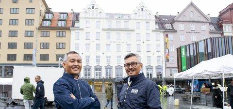 Hoang Nguyen (46) og Young Nguyen (49) er for tiden bosatt i henholdsvis Stavanger og USA, men de                                anser Bergen som hjembyen, forteller de.FOTO: STIAN ESPELAND
