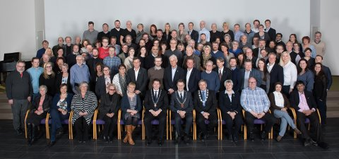 HISTORISK: Bystyrerepresentantene i Drammen og kommunestyremedlemmene i Nedre Eiker og Svelvik møttes for første gang onsdag. I midten på første rad troner ordførerne Andreas Muri (Svelvik), Bent Inge Bye (Nedre Eiker) og Tore Opdal Hansen (Drammen).
