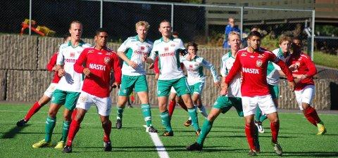 Kråkerøys juniorgutter (hvitt og grønt) reiser til Moss for å møte Sprint Jeløy i første runde i årets NM. Bildet er fra fjorårets kamp mot Futuro Rio i Sandar Cup.