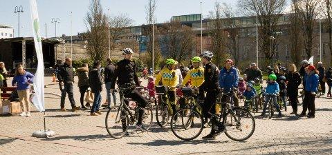 PARADE: Politi- og ambulanse-syklister dannet fortroppen i sykkelparaden.