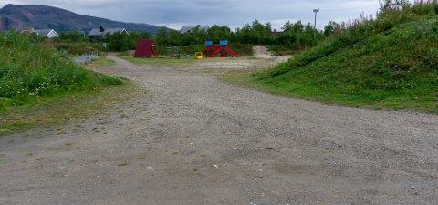 SKAL STENGES AV: Her, ved innkjøringen til fritidsparken, skal det stenges av i løpet av de nærmeste dagene. – Vi har fått meldinger om uvettig kjøring inne på området. Fortsetter det kommer vi til å anmelde det, sier Reiulf Høybakken, leder i Porsanger Idrettslag. På bakken er det enda spor etter herjinger med UTV og ATV inne på området til idrettslaget.