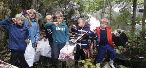 Mye søppel: Tomler ned for alt søppelet 3. klasse fant på Nepa. (Foto: Trude E. Ausland)