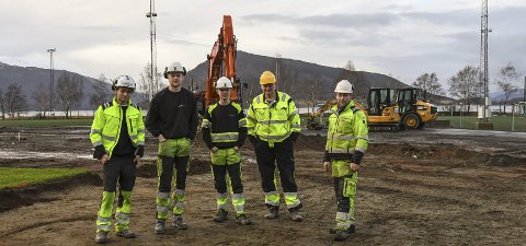 Lagar bane: Sondre Ljostveit, Thomas A. Hauge, Snorre Søllesvik, Alfred L. Pocsi og Thomas Kaldestad i Dimmelsvik Entreprenør er i gang med arbeidet på Rosendal stadion.  Alle foto: Marie skaaluren