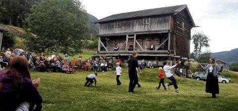 FÅR TILSKUDD: På Søre Kravik får de tilskudd til en smie og en stall, til sammen 65.000 kroner. Dette bildet er fra Middelalderuka 2013.