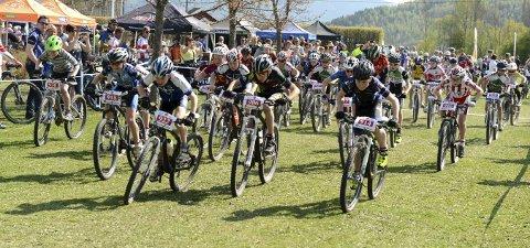 SESONGSTART: Det er påmeldt 350 deltakere til helgens norgescupstart i terrengsykling i Fiskum ILs regi. Det er tempo lørdag og fellesstart søndag.FOTO: OLE JOHN HOSTVEDT