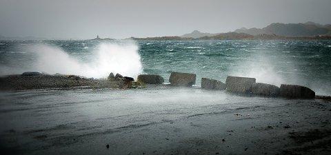 Uvær og sterk vind i Lofoten.