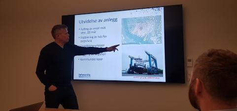Roger Abrahamsen presenterer fremdriften som viser regulering og fylling (2020-2022), båtheis mm. (2023-2024), skipshall (2026- ) og utdyping av Ballstad havn.