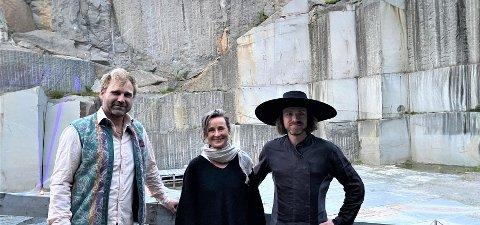 Til stede i steinbruddet: F.v. Maler Vebjørn Sand, musikalsk leder Klassisk ved Havet Ada Meinich og komponist og kurator Martin Romberg.