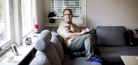 Alene i sofaen hjemme blir det til at Roald Magne tenker mye på hvorfor samboerforholdet havarerte. – Jeg tenker mye på om jeg kunne gjort noe annerledes, om jeg gjorde noe feil. Foto: Tom Gustavsen