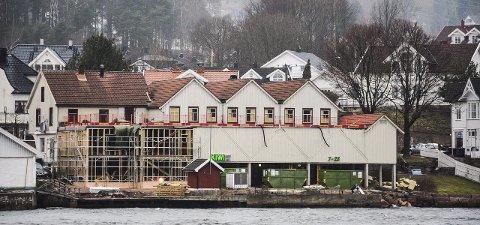 NY SJØKANT: Det vil bli en mye hyggeligere og vakrere Svelvikstrømmen fra sjøsiden når Storgata brygge står klar til sommeren.