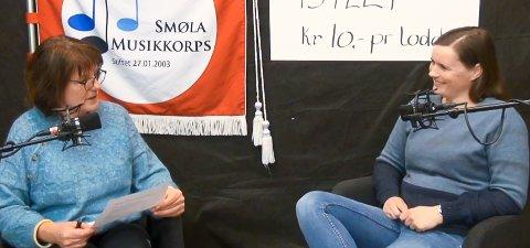 DIGITAL BASAR: Smøla musikkorps har arrangert det de kaller verdens lengste korpsbasar, etter at den vanlige basaren ble avlyst. Laila Skaret (til venstre) intervjuer korpsleder Mariann Nuncic.