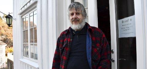 Bekymret: Arne-Ivar Kjerland driver det største antikvariatet i Bokbyen. Han reagerer sterkt på at Bokbyens litteraturhus nå blir videreført i privat regi av ekteparet Røvik. Foto: Siri Fossing