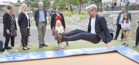 Byrådsleder Roger Valhammer (Ap) våget seg utpå trampolinen på Kjøkkelvik skole, da partileder Jonas Gahr Støre var på besøk for å høre om hvordan de driver SFO-en der. Foto: Magne Turøy