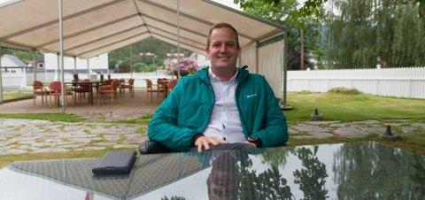 I SIN EIGEN HAGE, NESTEN: Preben Moen har drive Gloppen Hotell sidan 2013. For nokre år sidan selde han hotellet til kjeda Classic Norway, men han sit likevel i hotellhagen som at han eig den.
