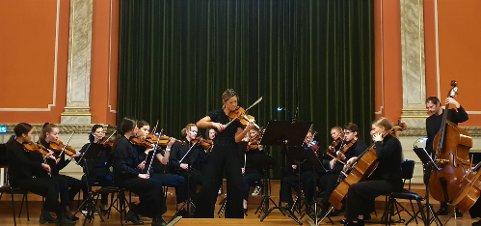 Konsert: En av Norges aller dyktigste fiolinister gjestet Bibliotekets aula onsdag kveld. Kulturskolens mentor Catharina Chen (midt i bildet) serverte sammen med skolens eget kammerorkester et variert program. – De er så utrolig flinke. Jeg er så stolt!