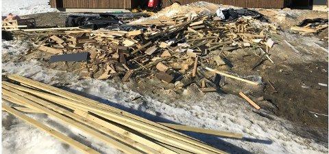 Øyer kommune er ikke fornøyd med at det ligger igjen mye trevirke rundt en hytte under oppføring. Hytteeier sier at nå er det meste ryddet opp.