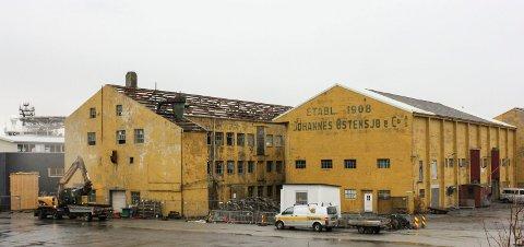 Deler av Johannes Østensjøs tønnefabrikk nordvest på Hasseløy skal rives.  Det er bygget hvor taket er fjernet som snart er historie.