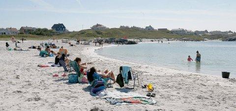 I DAG BLIR DET FOLKSOMT: 16 grader i sjøen, men hett på land. I dag blir det nok folksomt på lokale strender og badeplasser.