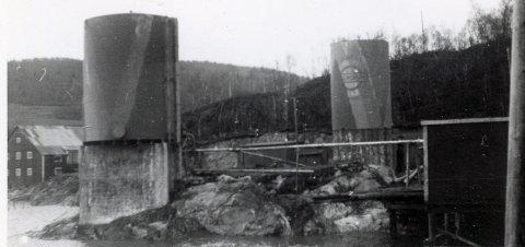 FOTOARKIV: Dette bildet av Vestlandske Petroleumskompani/Esso tankanlegg ved Mosjøen ligger i arkivet. Fotografiet er tatt av de tyske militære troppene i Norge.