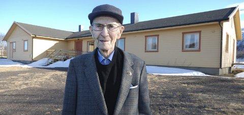 KOMMUNEHUSET: Olaf Hansen foran huset der kommuneadministrasjonen i Polmak kommune holdt til. Han stemte for sammenslåing med Tana.  I  dag er det Polmak bygdelag som eier huset.